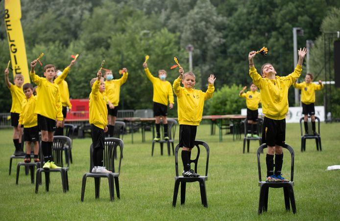 De jeugdspelers van Olsa Braker. Zwart-Geel nam er voor de gelegenheid ook de kleur rood bij.