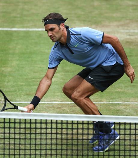 Federer komt op stoom op het gras van Halle