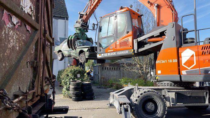 De ontruiming van het autokerkhof in Brugge is bezig.