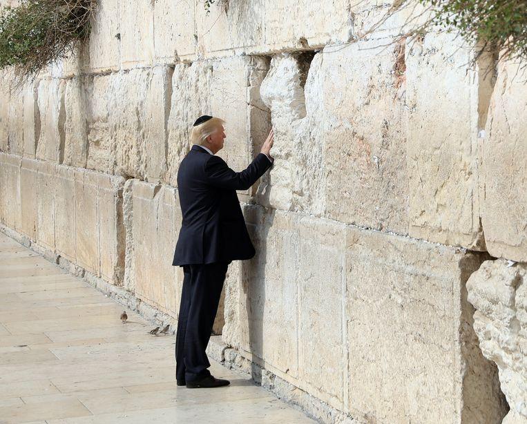 Donald Trump bij de Klaagmuur tijdens zijn bezoek aan Israël in 2017.   Beeld EPA