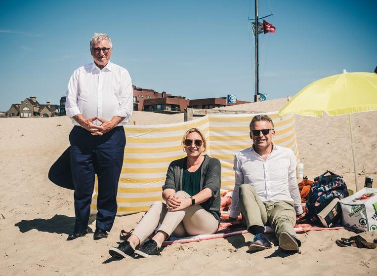 'Zodra we in de duinen een tent of een slaapzak zien, halen we meteen alles weg. We willen hier geen tweede Calais.' Van links naar rechts: Marc Vanden Bussche (Open Vld, Koksijde), Daphné Dumery (N-VA, Blankenberge) en Steve Vandenberghe (sp.a, Bredene). Beeld Carmen De Vos
