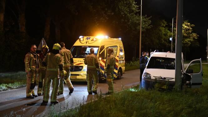 Automobilist verliest macht over stuur en rijdt tegen paal op Poeldijkseweg