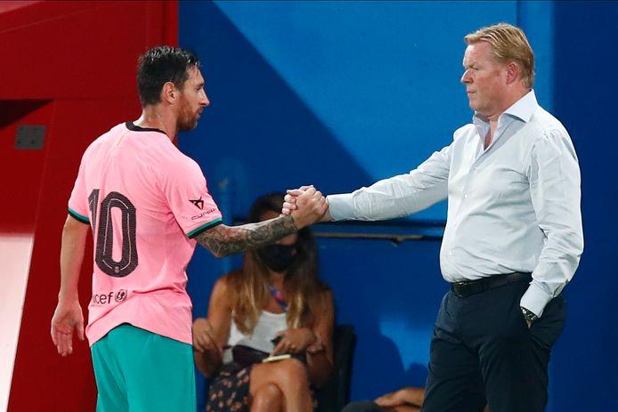 Lionel Messi schudt na een wissel de hand van Ronald Koeman.