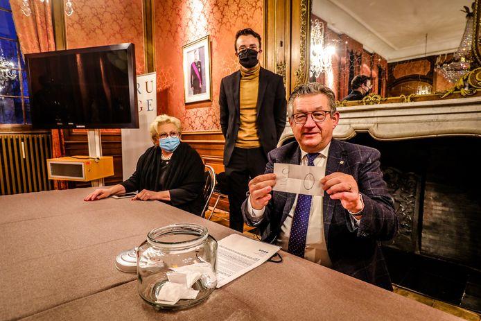 in het stadhuis van Brugge vond de loting voor de jury van het hof van assisen plaats