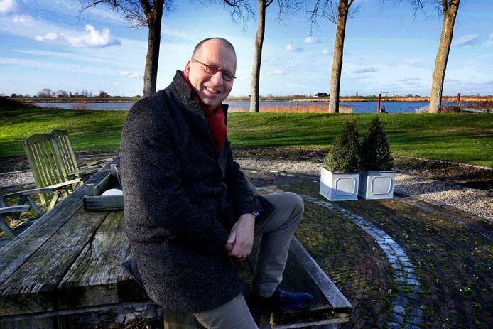In de tuin bij burgemeester Theo Segers in Groot-Ammers. Binnenkort verhuist hij naar Giessenburg en verruilt hij het uitzicht op de rivier voor de polder.