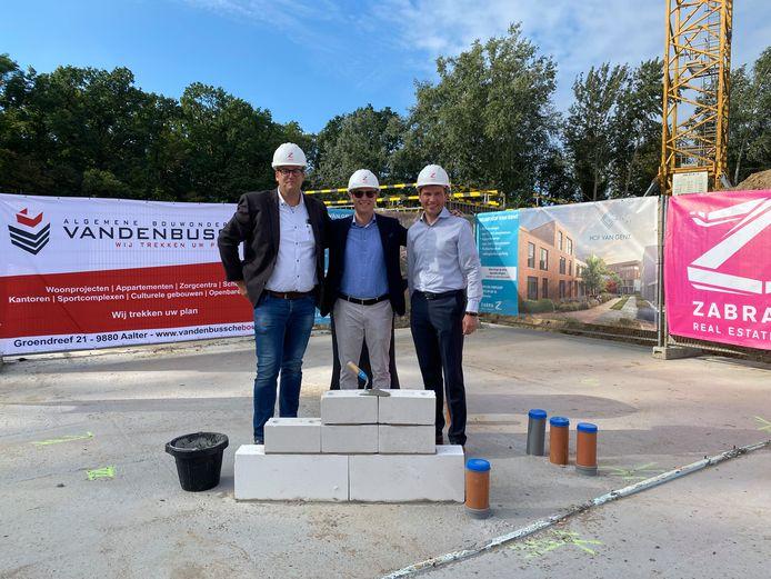 Jurgen De Keyser en Laurens Brantegem van Zabra Real Estate en Kristof Defruyt van Bouwgroep Vandenbussche leggen de eerste symbolische steen.