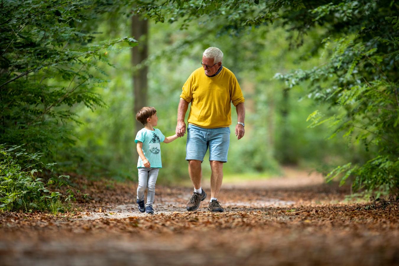 Opa Frank en kleinzoon Bram in het bos op de Veluwe. Als Bram zelf opa is, zal het bos er compleet anders uit zien.