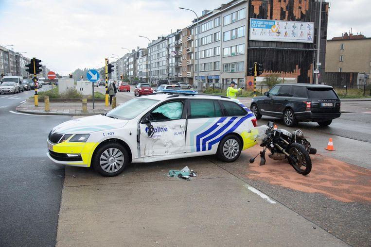 De motorrijder reed de politiewagen in de flank aan.