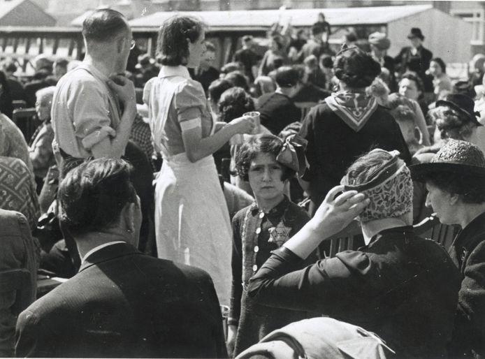 Op de Polderweg wachten 500 joden op transport naar kamp Westerbork.