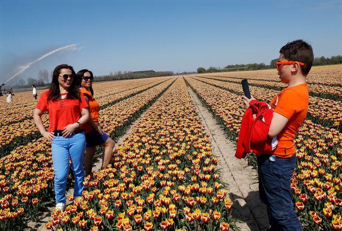 Op de foto tussen de tulpen.