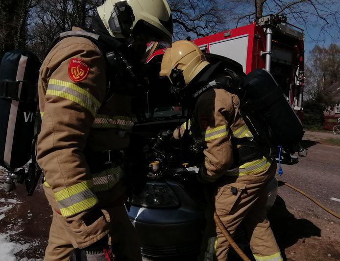 De brandweer had de brand onder de motorkap snel geblust in Hummelo.
