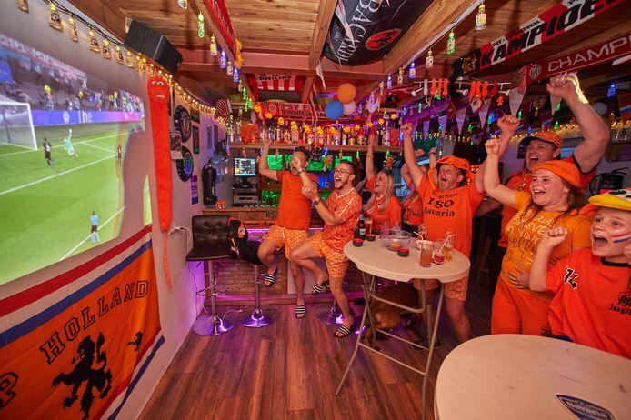 Oranjegekte in Geffen De families Looimans en van Lith (buren) volgen de voetbalwedstrijd Nederland- Oostenrijk in de oranje versierde schuur aan de Heegterstraat te Geffen. Op de foto tijdens de 2-0.