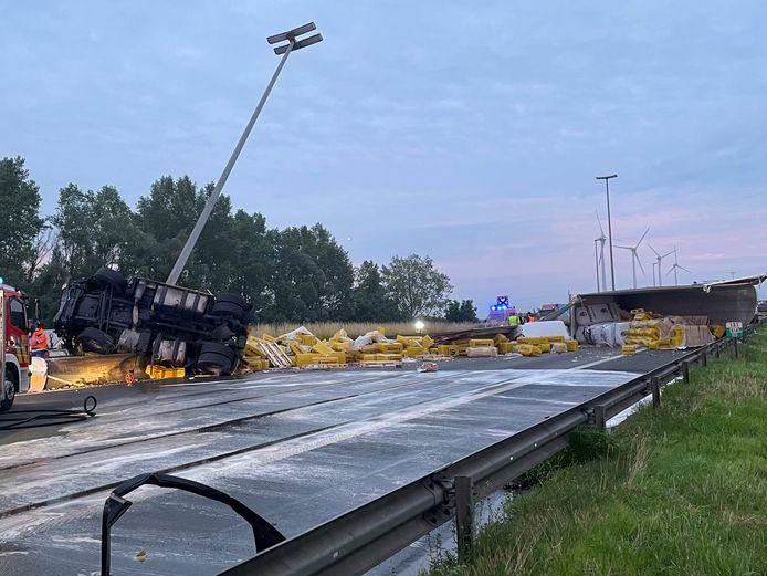 De vrachtwagen met een lading potgrond kwam volledig dwars over de E17 in Harelbeke te liggen.