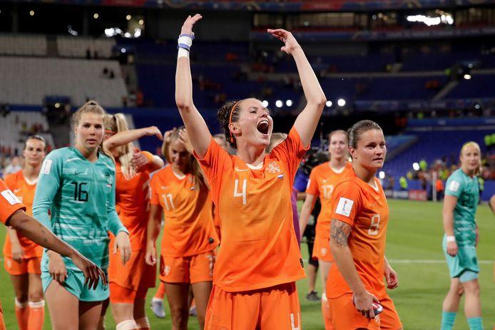 Merel van Dongen viert feest met haar ploeggenoten.