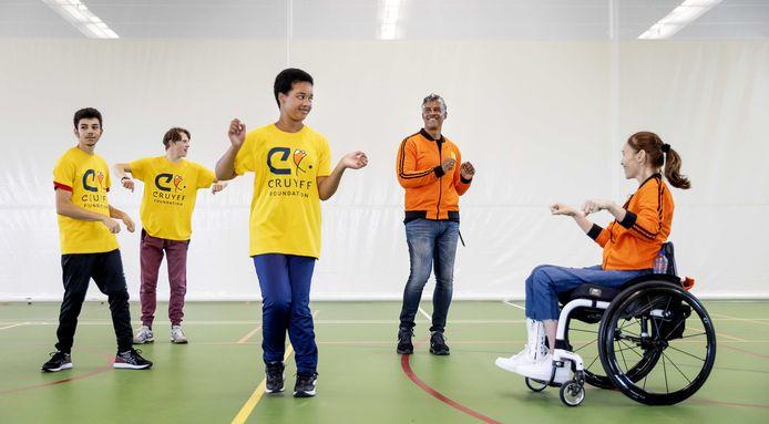 Ambassadeurs Frank Rijkaard en de dit jaar overleden Bibian Mentel vorig jaar tijdens de 20e editie van de Open Dag van de Cruyff Foundation.