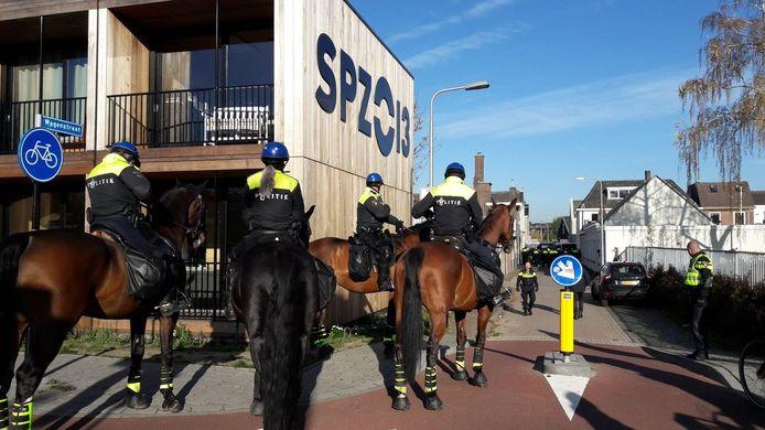 Politie sluit een groep pro-Zwarte Piet-demonstranten in.