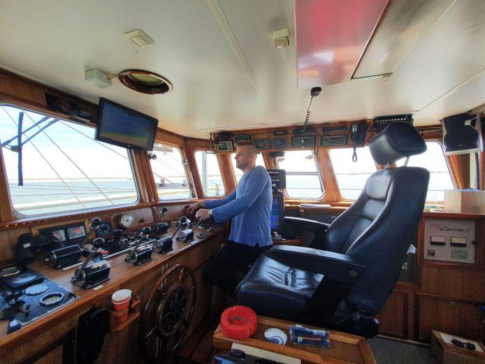 De Urker Visser Peter Bakker zoekt in spanning bij Ameland mee naar het vermiste Duitse meisje. ,,Wij zitten op de plek waar het meisje verdween en kunnen vanaf onze boot de speurhonden zien die nu op het eiland aan het zoeken zijn.''