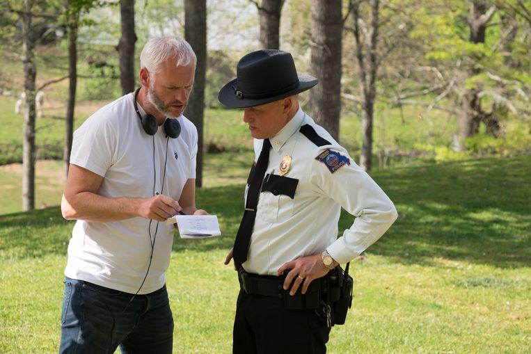 Regisseur en scenarist Martin McDonagh met Woody Harrelson op de set van 'Three Billboards'. Beeld Merrick Morton