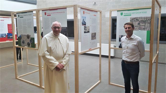 Paul Van Herck, prior van de abdij van Averbode, en burgemeester Peter Keymeulen bij de expo in de Mixx.