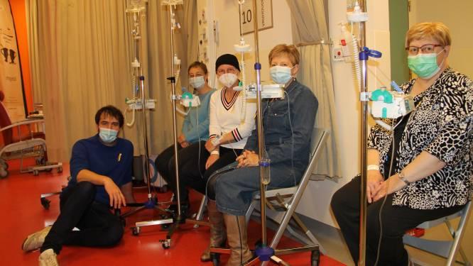 Tv-maker Joris Hessels steekt patiënten Sint-Jozefskliniek op Dag tegen kanker hart onder de riem