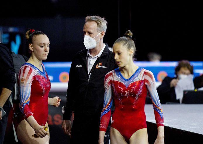 Tisha Volleman (links) met coach Vincent Wevers en Naomi Visser (rechts) op de eerste dag van de Europese kampioenschappen turnen.