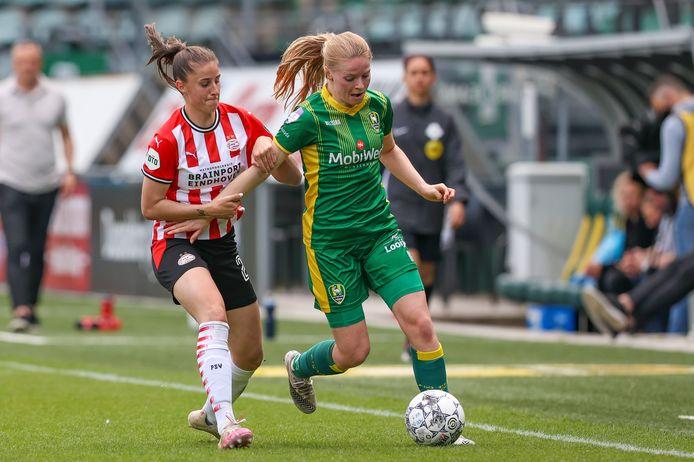 Amy Harrison namens PSV in duel met Nadine Noordam van ADO.