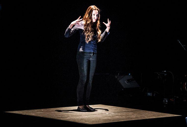 Dichter Ellen Deckwitz tijdens een optreden in Breda.  Beeld ANP