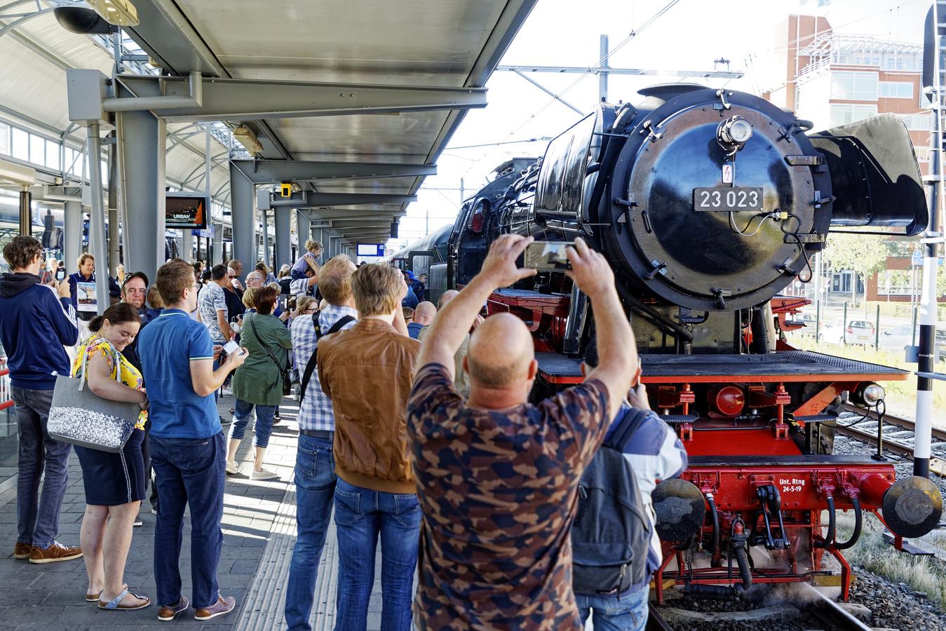Een stoomlocomotief op het station in Den Bosch lokt veel bekijks.