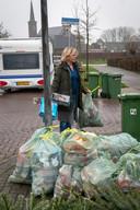 Renate Ywema neemt de zak met pmd-afval weer terug als ze hoort dat de afhaaldag is gewijzigd.