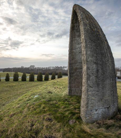 De koepel bij McDonalds in Oldenzaal: Buitenresidentie van Stonehenge of een zonnewijzer?