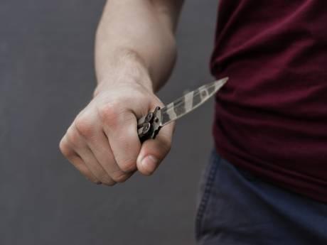 Vrouw (19) bedreigd met messen en van fiets getrapt door man op mountainbike