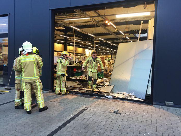 De glasscherven op de parking werden door de brandweerlieden opgekuist.