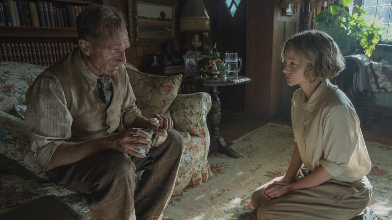 Ralph Fiennes en Carey Mulligan Beeld Netflix