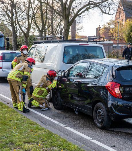 Botsing met drie auto's in Roosendaal, bestuurder gewond