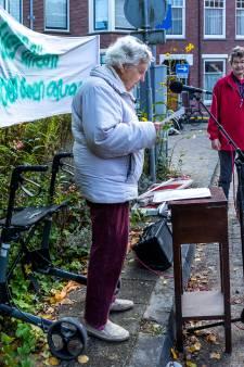 93-jarige Joan voert (in haar eentje) keihard actie tegen afvalcontainer