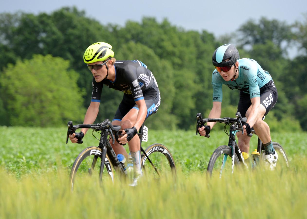 Thijs de Lange (links) in actie tijdens de Belgische Ronde van Limburg.