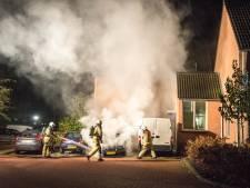 Auto naast woning door vuur verwoest in Steenwijk
