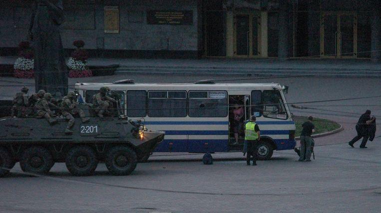 Agenten en een legertank naderen de bus waar een man de passagiers gegijzeld hield.  Beeld EPA