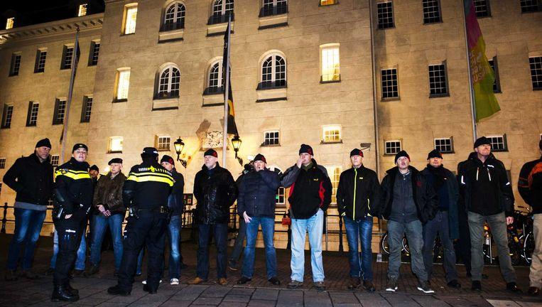 Mariniers staan voor het Scheepvaartmuseum tijdens protesten bij de premiere van de speelfilm Michiel de Ruyter Beeld anp
