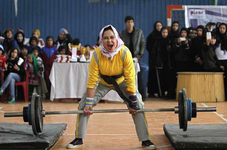 Een Afghaanse vrouw doet mee aan een competitie gewichtheffen ter gelegenheid van Internationale Vrouwendag. Beeld null