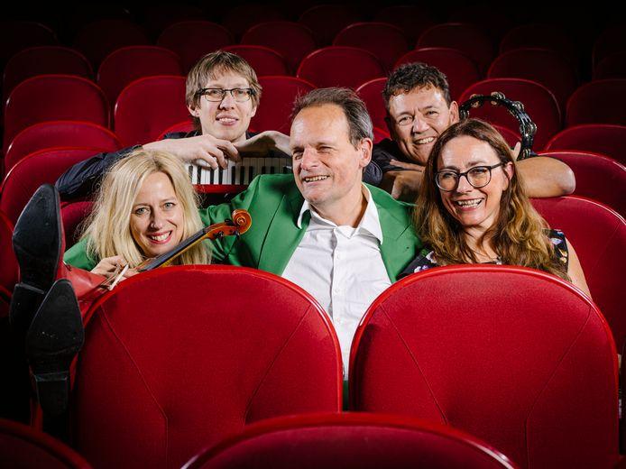 Bijlo wordt bijgestaan door The Rossettis, de muziekgroep waarin zijn vrouw Mariska Reijmerink (rechts) zingt.