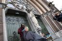Leo Janga knipt Joke Frencken, voor de Catharinakerk.