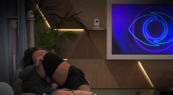 Big Brother - Het dansje van Terror Theo. Hij is degene met de ontblote buik en de pruik.