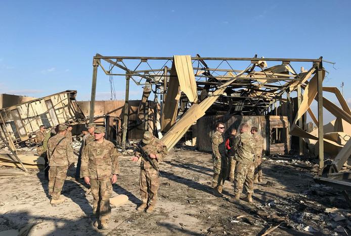 Amerikaanse militairen op de door een Iraanse raketaanval beschadigde militaire basis in Ain al-Asad in Irak.