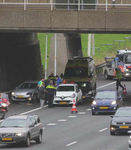 Chaos op A4 bij Rijswijk na ongeval, tientallen automobilisten negeren rode kruis