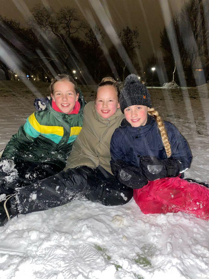 Sneeuwpret in het park vlakbij de Lucas Batavia school in Nieuwegein. Op de foto Marit en haar zus Meerle en hun vriendin Juul (r).