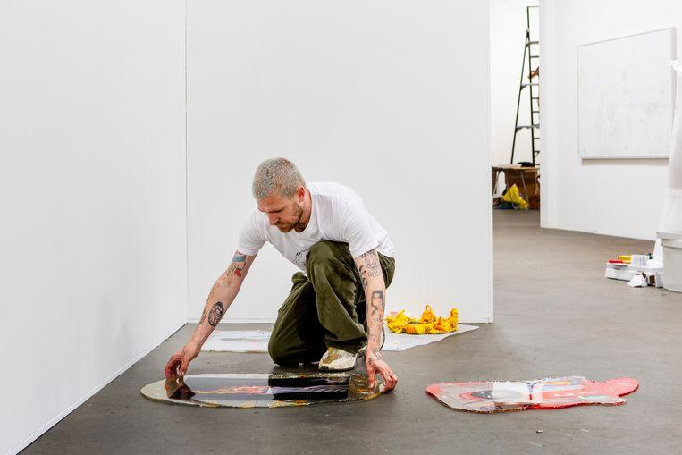 Kunstenaar Jan Hoek bouwt op bij de fotografiebeurs Unseen. Beeld Pauline Niks