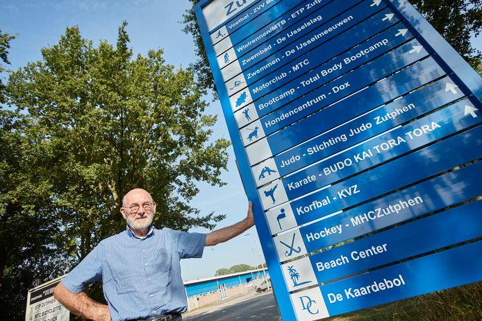 Stan Hompe is al sinds 1978 bezig om bewegwijzeringsborden op sportpark Zuidveen in Zutphen te krijgen. Nu is het zover.