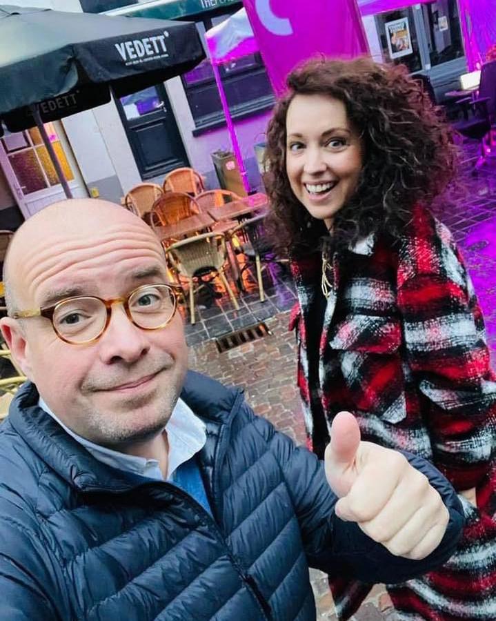 Sven Ornelis en Anke Buckinx op het terras van Hof van Rembrandt in Brugge.