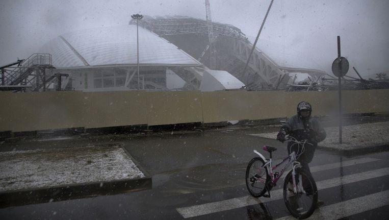 Een fietser in het voormalige Olympische dorp in Sochi. Beeld AP